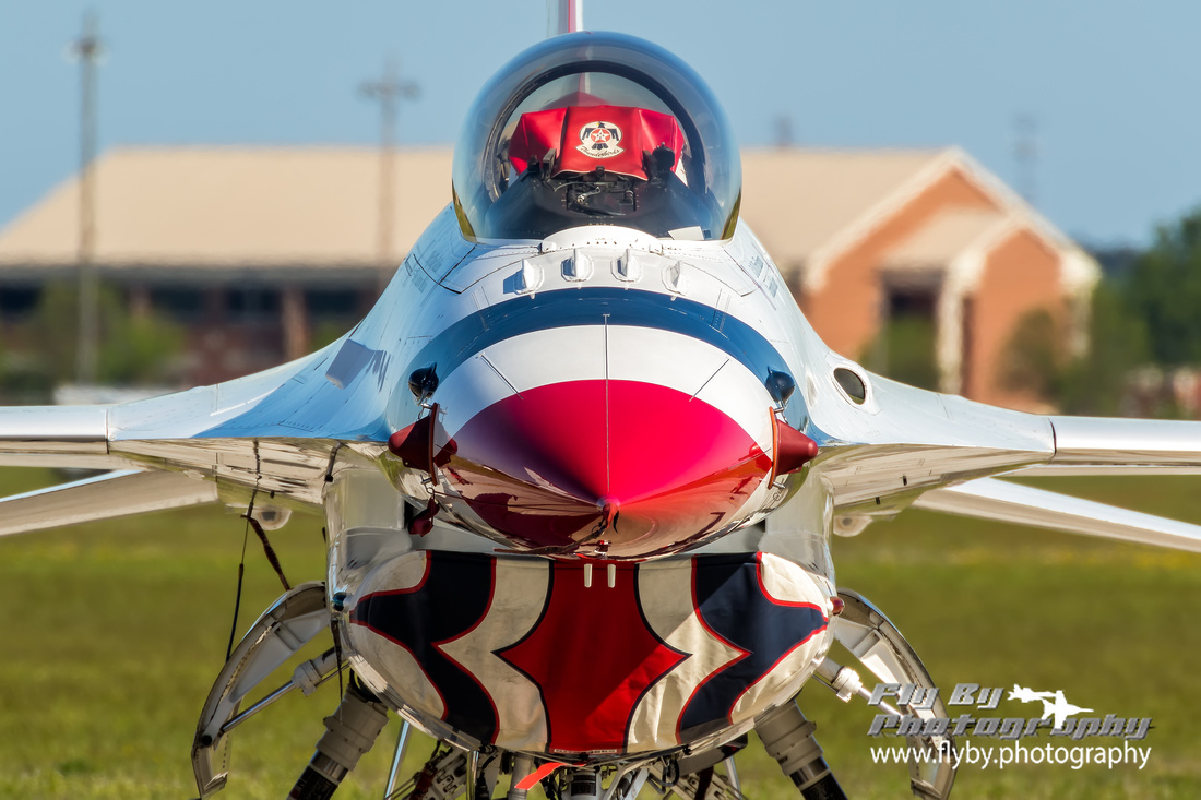 Head on view of a USAF Thunderbirds' F-16 Fighting Falcon